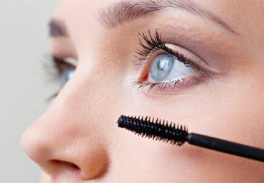 В каких случаях стоит красить нижние ресницы: как правильно подчеркнуть взгляд