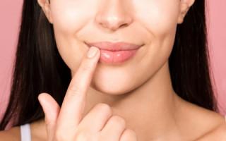 Чем и как правильно мазать губы после татуажа