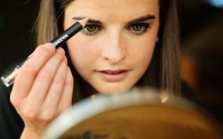 Плюсы и минусы использования воскового карандаша для макияжа бровей