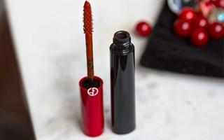 В каких случаях уместно использовать красную тушь для ресниц: правила сочетания в макияже