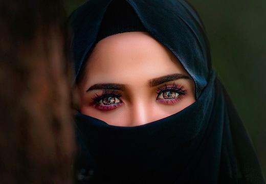 накрашенная женщина в хиджабе