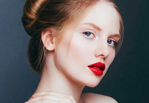 светлые брови и яркие губы