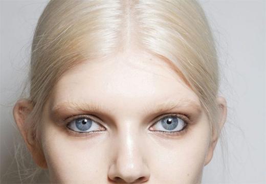 светлые брови у блондинки