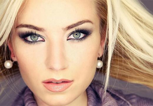 блондинка с тонкими бровями