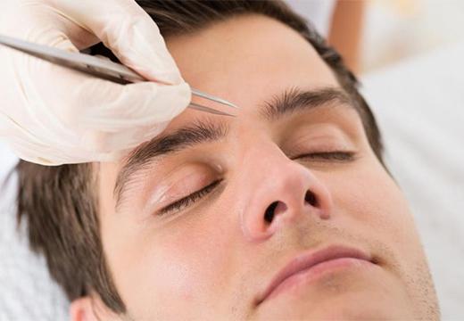 мужчине корректируют брови