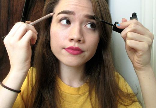 девушка рисует брови