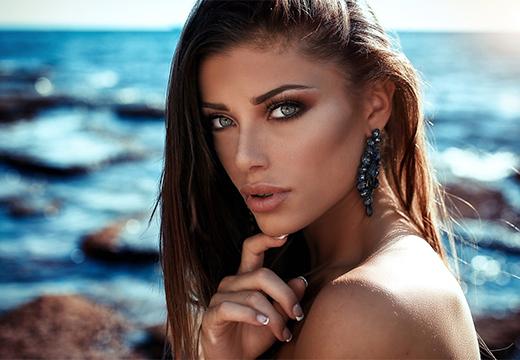 накрашенная девушка возле моря