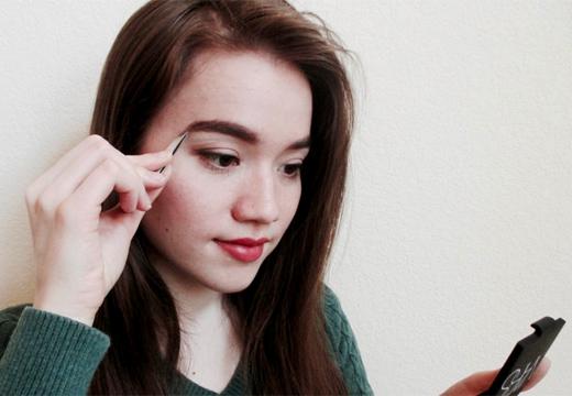 девушка корректирует брови