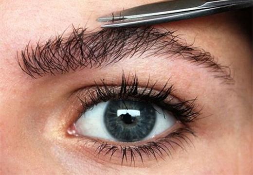 подстригание бровей