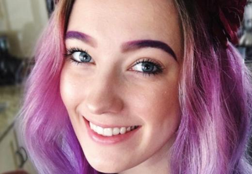 девушка с фиолетовыми бровями