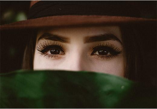 Кареглазая девушка с нарощенными ресницами