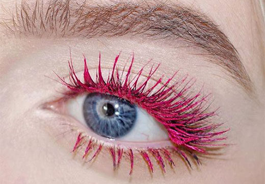 ресницы накрашены розовой тушью