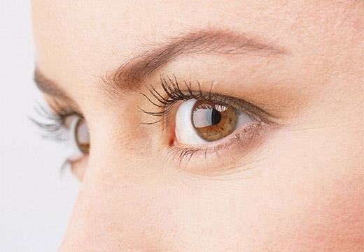 Натуральные ресницы и карие глаза