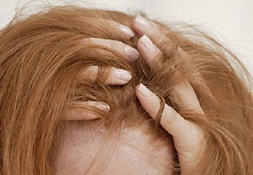 пальцы в волосах