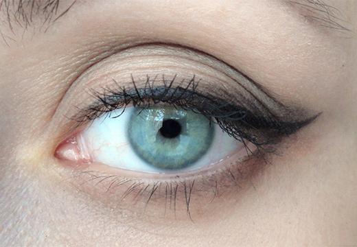 глаз и накрашенные ресницы