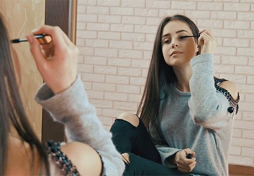 девушка красит ресницы тушью