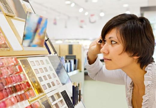 девушка в магазине косметики