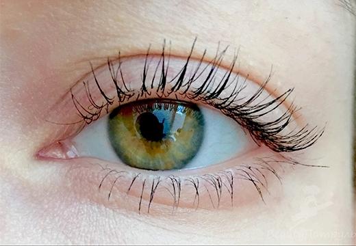 глаз с накрашенными ресницами