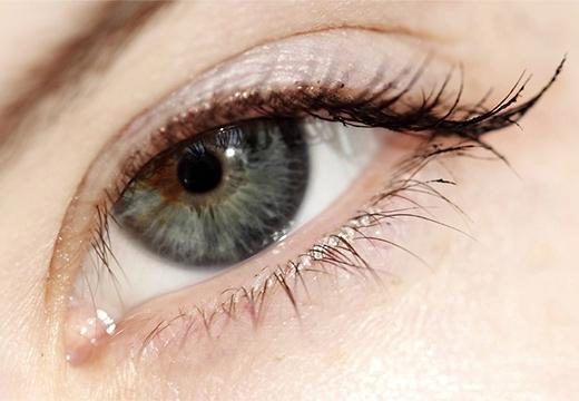 глаз с выразительными ресницами