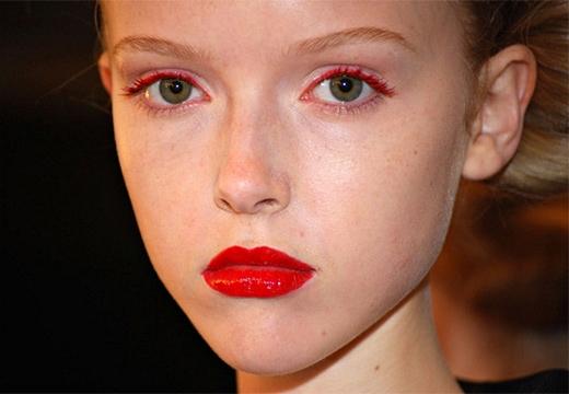девушка с красным макияжем