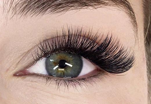 глаз с искусственными ресницами