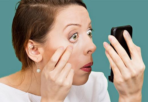девушка смотрит в зеркальце