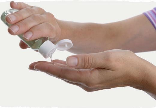 мыть руки антисептиком