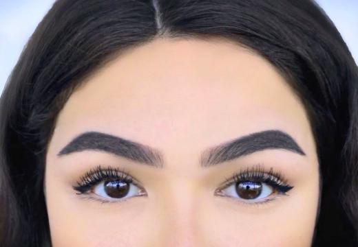 глаза брови брюнетка