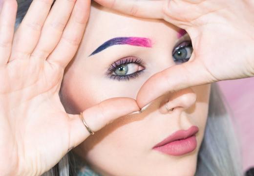 девушка с цветными бровями