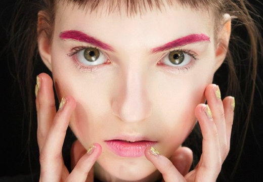 девушка с розовыми бровями