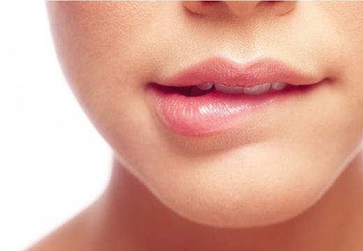 Девушка кусает губу