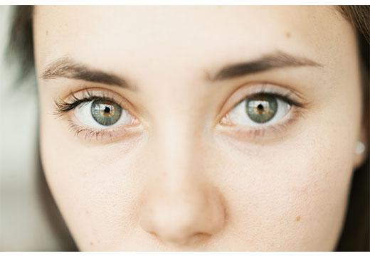 серые глаза без макияжа