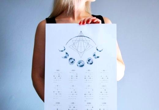 девушка с лунным календарем