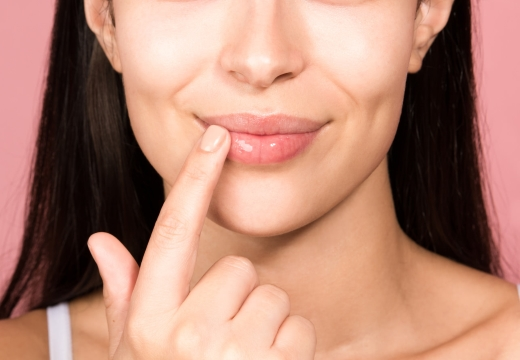 наносить крем на губы