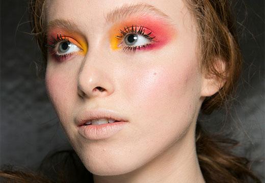 Яркий макияж с ресницами паука