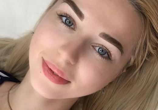 девушка с пудровыми губами