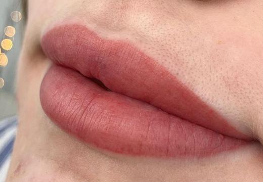 пудровые губы
