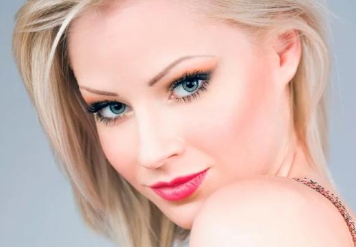 девушка яркий макияж