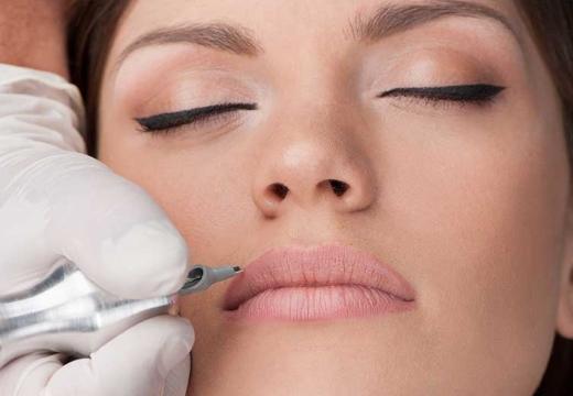 нанесение татуажа на губы