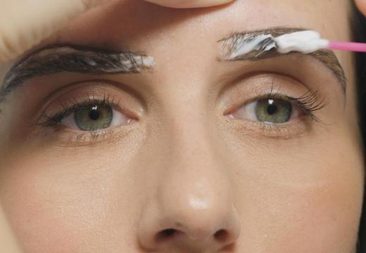 наносить крем на брови